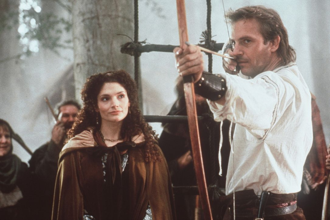 Die Treffsicherheit Robin Hoods (Kevin Costner, r.) ist im ganzen Land berühmt. Einzig die schöne Marian (Mary Elizabeth Mastrantonio, l.) verunsi... - Bildquelle: WARNER BROS.