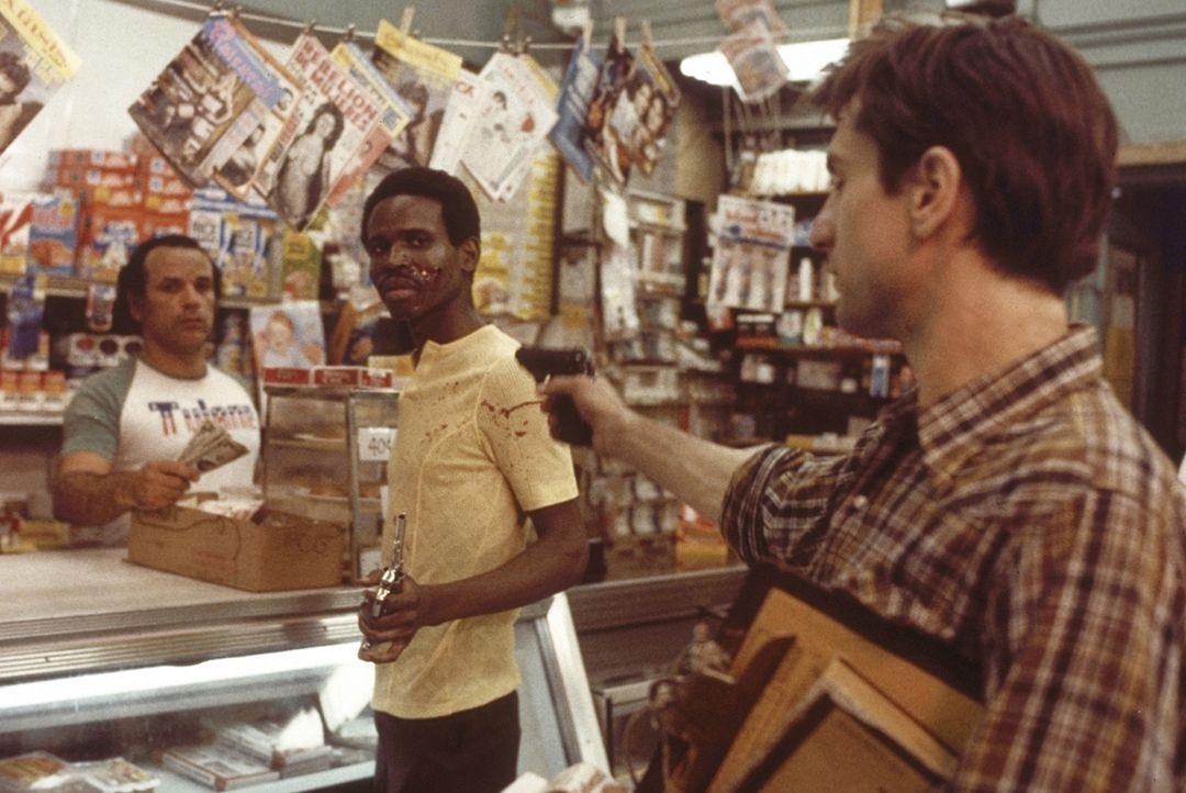 Die zunehmende Vereinsamung beginnt Travis' (Robert De Niro, r.) Psyche zu deformieren. Er glaubt, das Übel in der Welt persönlich bekämpfen zu m... - Bildquelle: Columbia Pictures