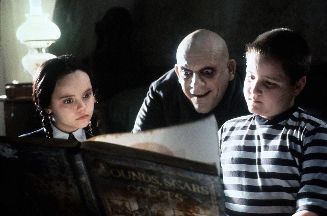 Als Onkel Fester (Christopher Lloyd, M.) nach vielen Jahren plötzlich wieder bei den Addams auftaucht, ist Wednesday (Christina Ricci, l.) sofort m... - Bildquelle: Paramount Pictures Global