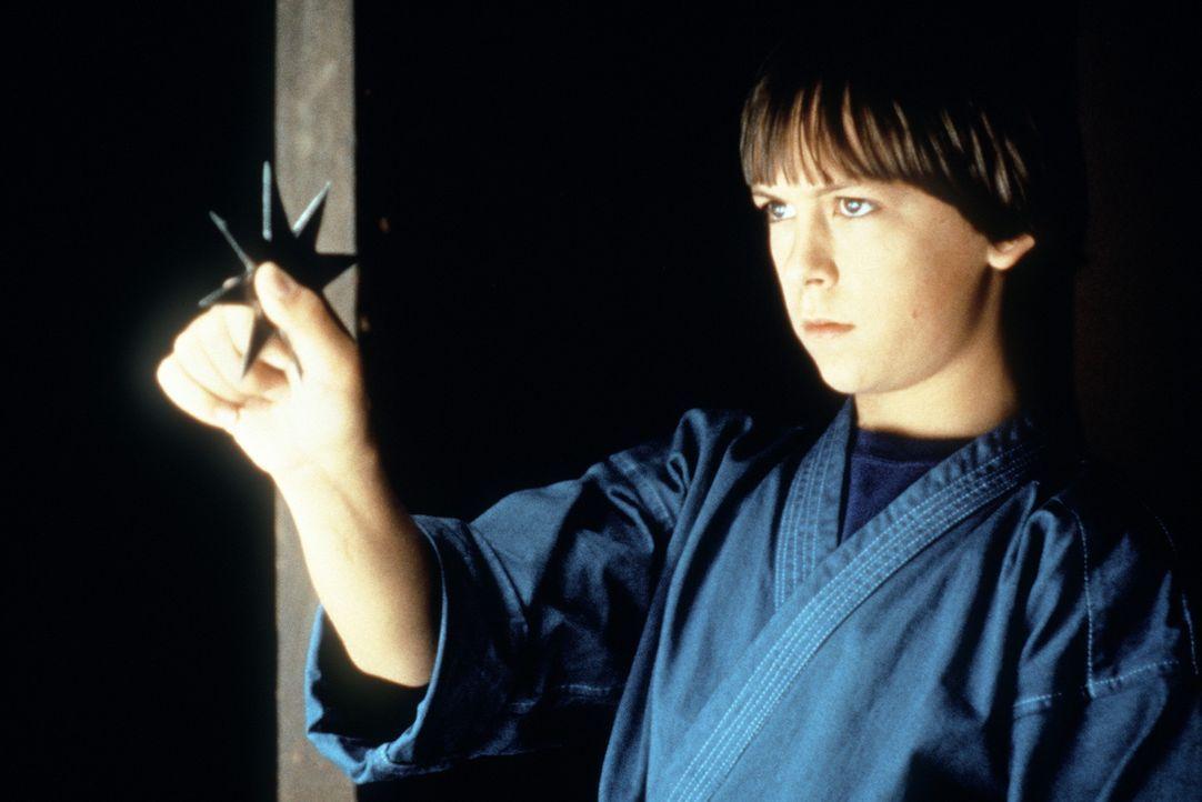Colt (Max Elliott Slade) übt sich mit dem Ninja-Wurfstern ... - Bildquelle: Columbia TriStar
