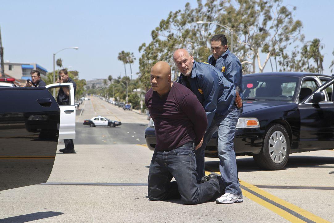 Sam (LL Cool J, l.) wird verhaftet und des Mordes an einer Frau angeklagt. Sein Partner Callen versucht alles, um ihn zu entlasten ... - Bildquelle: 2014 CBS Broadcasting, Inc. All Rights Reserved.