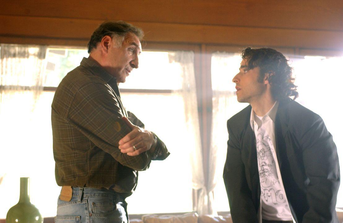 Charlie (David Krumholtz, r.) sucht Rat bei seinem Vater Alan (Judd Hirsch, l.)  ... - Bildquelle: Paramount Network Television