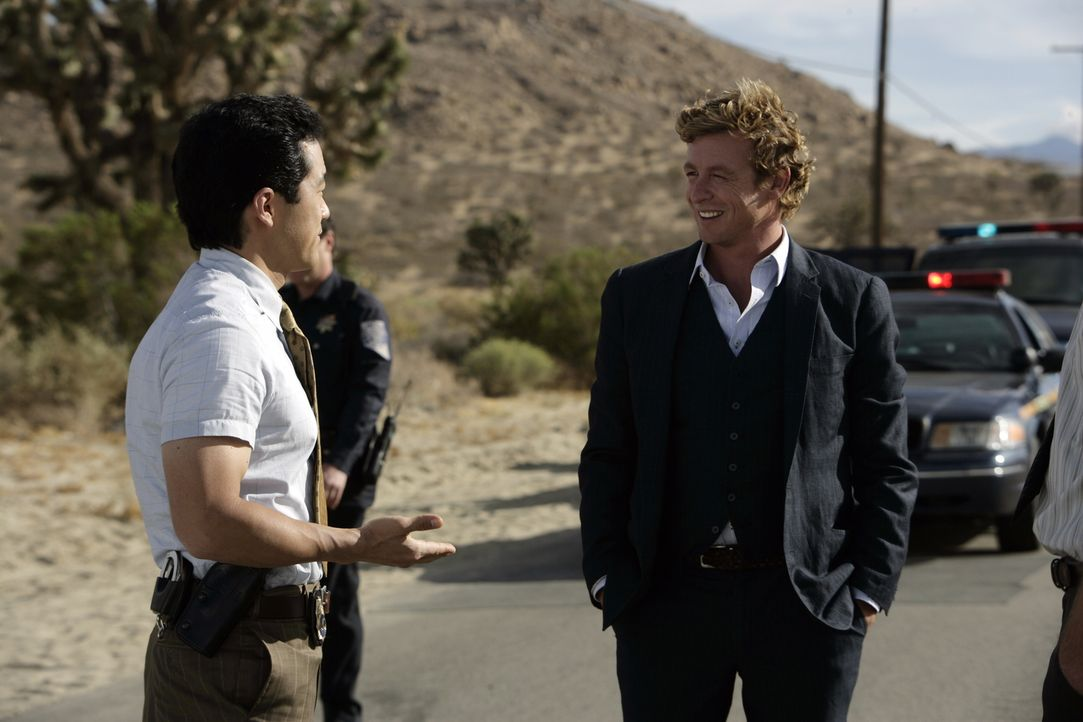 Gehen einer abgetrennten Hand nach: Kendall (Tim Kang, l.) und Patrick (Simon Baker, r.) ... - Bildquelle: Warner Bros. Television