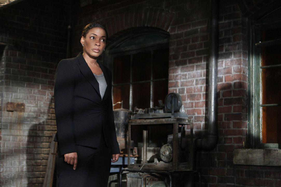 Hat Hightower (Aunjanue Ellis) etwas mit dem Mord an einem Antiquitätenhändler zu tun? - Bildquelle: Warner Bros. Television
