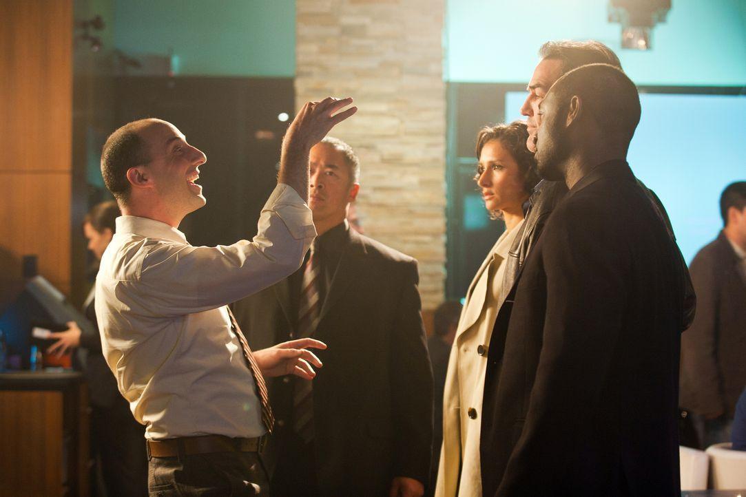 Harry (Tony Hale, l.) versucht ein Ablenkungsmanöver, um Chance mehr Zeit einzuräumen ... - Bildquelle: 2011  Warner Bros.