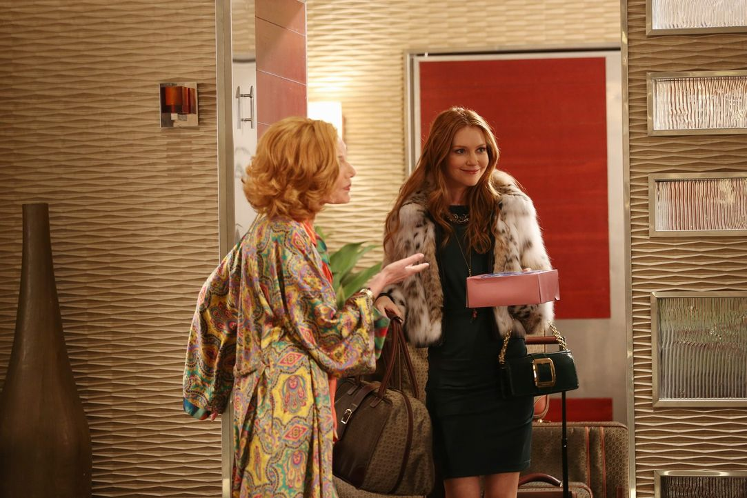 Nicht nur Martha (Susan Sullivan, l.) ist überrascht als Meredith (Darby Stanchfield, r.), die Ex-Frau ihres Sohnes, plötzlich vor der Tür steht ...... - Bildquelle: 2012 American Broadcasting Companies, Inc. All rights reserved.