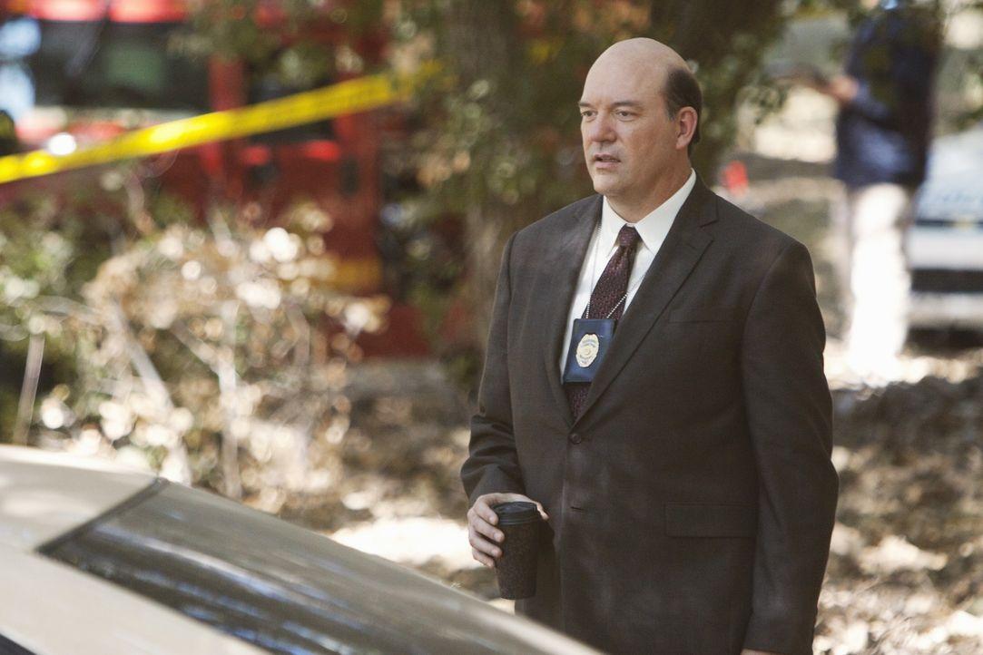 Daniel Davidson fliegt mit seinem Wagen über die Böschung und ist tot. Det. Bud Morris (John Carroll Lynch) und seine Kollegen übernehmen den Fall. - Bildquelle: ABC Studios