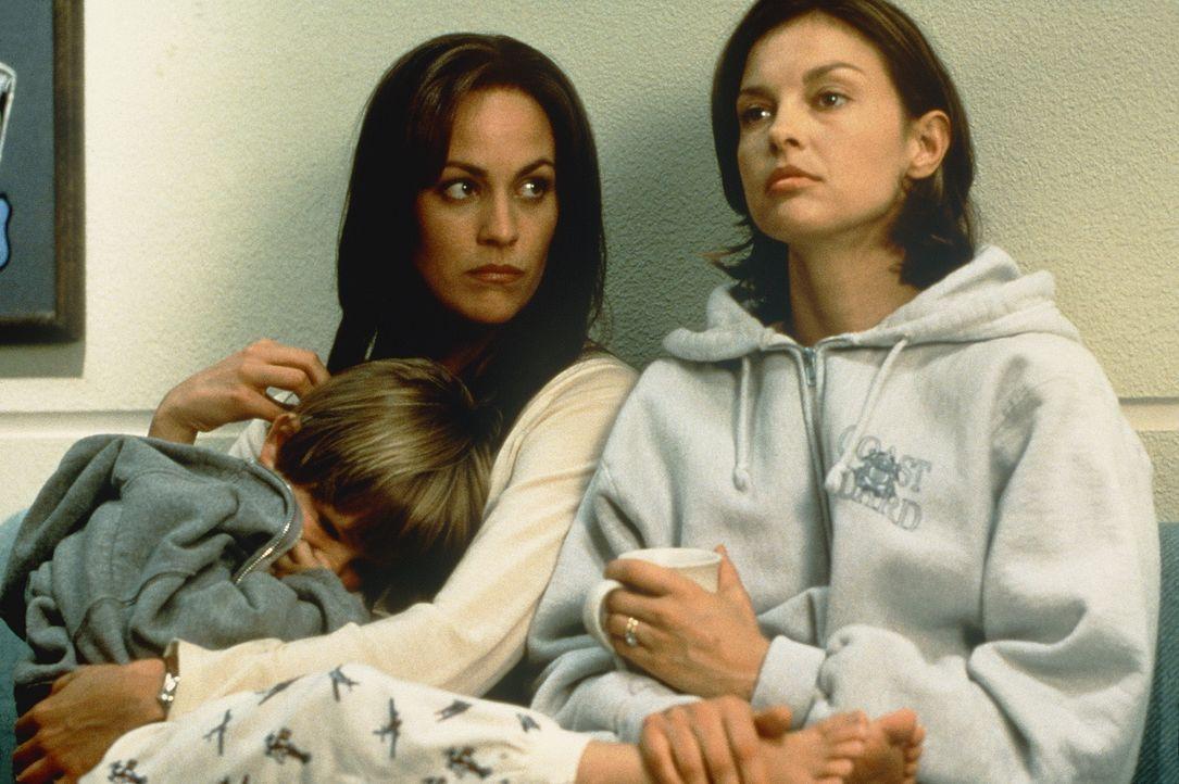 Als Libby (Ashley Judd, r.) wegen Mordes an ihrem Ehemann verhaftet wird, vertraut sie ihrer Freundin Angie (Annabeth Gish, M.) ihren geliebten Sohn... - Bildquelle: Paramount Pictures