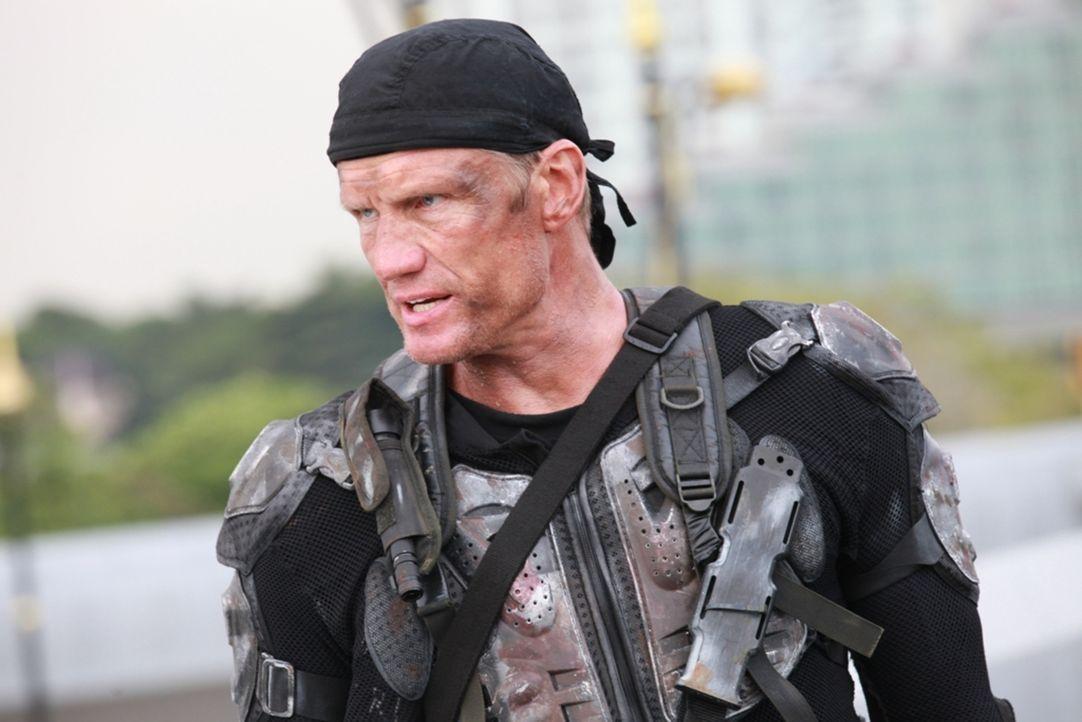 Muss gegen infizierte Zombies und bis an die Zähne bewaffnete Militärs antreten: Max Gatling (Dolph Lundgren) ... - Bildquelle: 2013 BOTD Productions LTD. PTY. All Rights Reserved