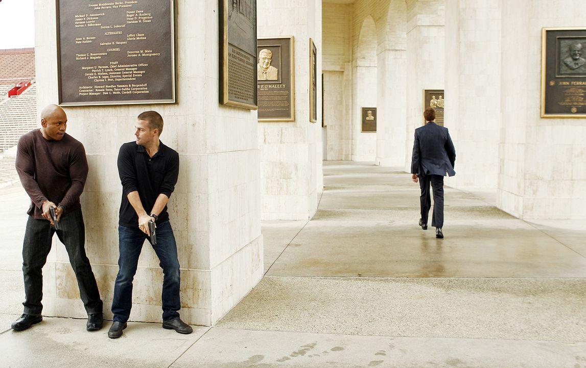 Versuchen in einem neuen Fall Licht ins Dunkel zu bringen: Callen (Chris O'Donnell, M.) und Sam (LL Cool J, l.) ... - Bildquelle: CBS Studios Inc. All Rights Reserved.