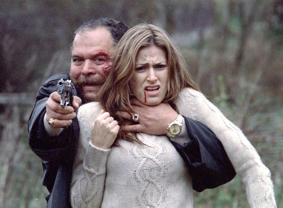 Sieben Jahre nach dem Mord an seiner Frau und seinem Sohn bittet Mrs. Abramov Nick, ihre Tochter Julia (Olivia Lee, vorne), die von Sasha Popovs (Iv... - Bildquelle: Nu Image Films