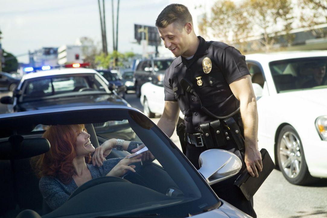 Sally (Stacy Haiduk, l.) hat die Spur gewechselt ohne vorher den Blinker zu setzen. Ein gefundenes Fressen für Officer Ben Sherman (Benjamin McKenzi... - Bildquelle: Warner Brothers