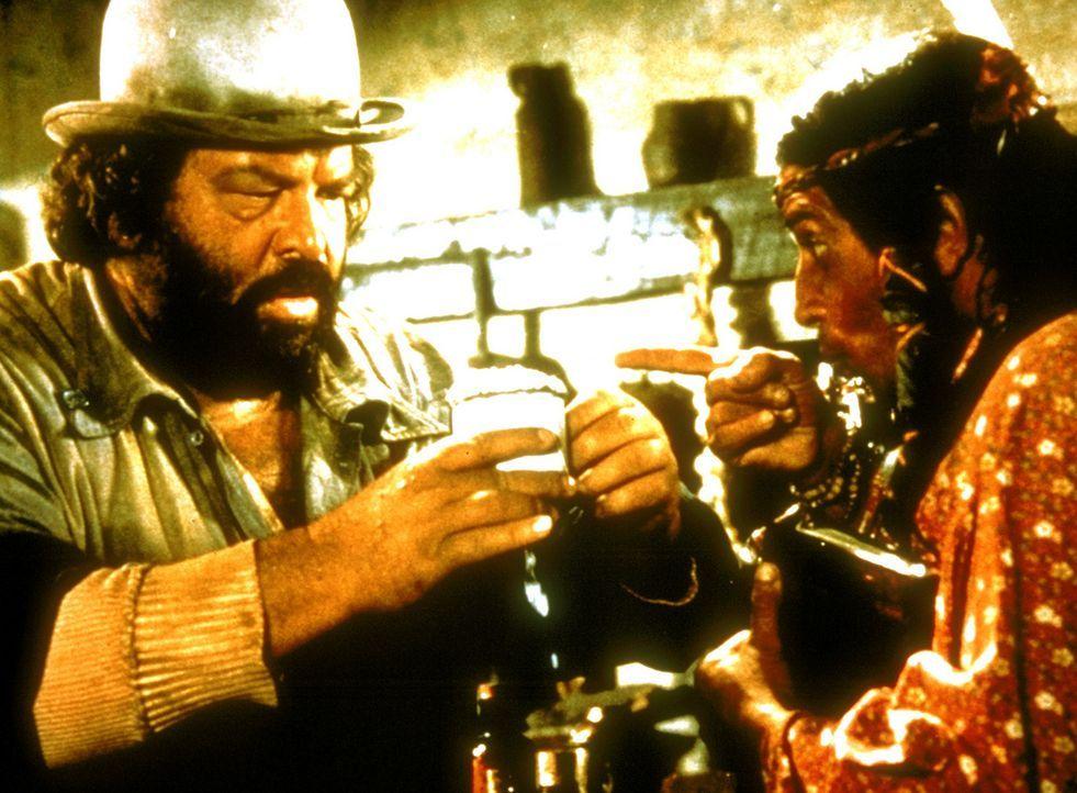 Als vermeintlicher Wunderdoktor lehrt Buddy (Bud Spencer, l.) den Bewohnern eines Wildwest-Städtchens das Fürchten.