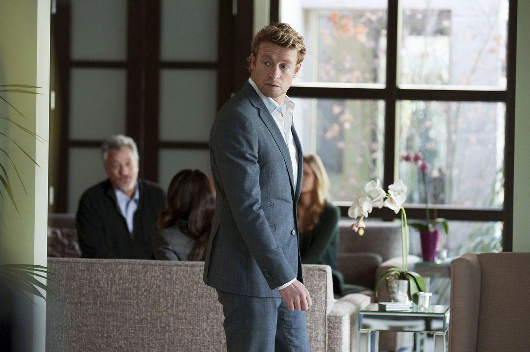 Patrick Jane (Simon Baker, vorne) ist überzeugt davon, dass Edward Feinberg (John de Lancie, hinten l.) vor zehn Jahren seine Frau umgebracht hat un... - Bildquelle: Warner Bros. Television