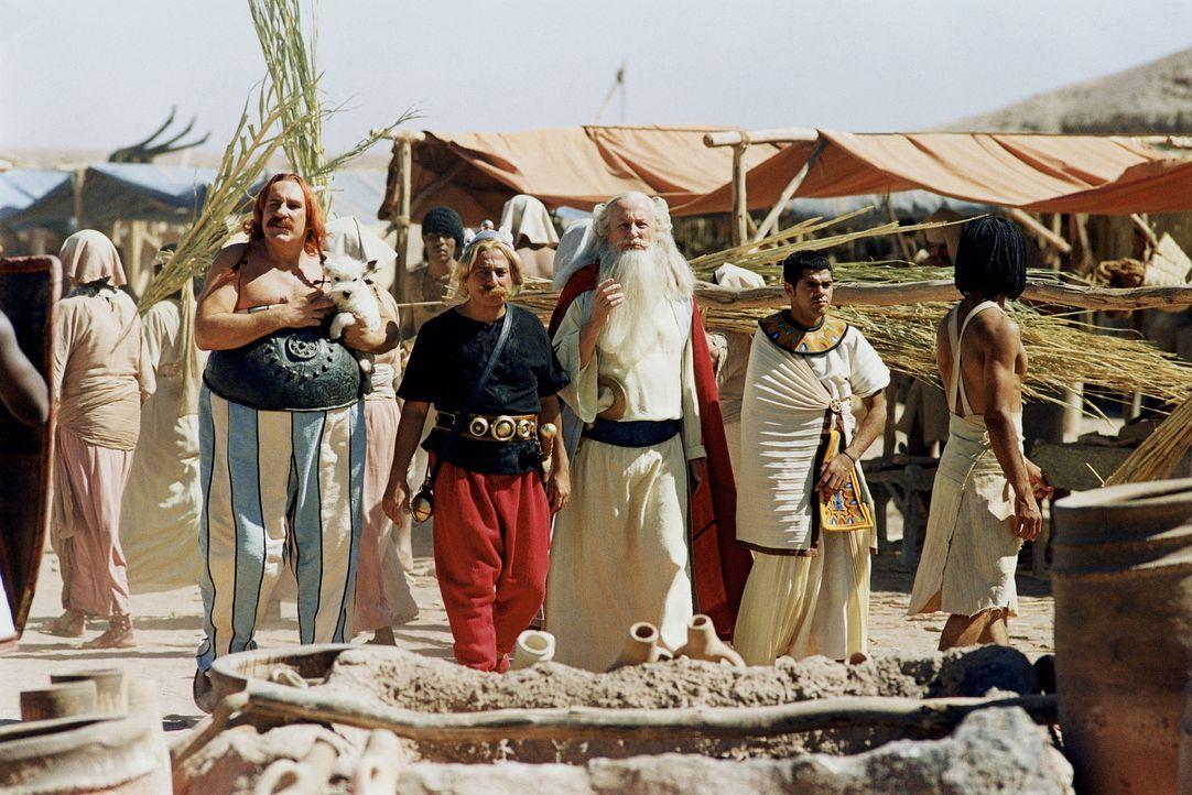 Obelix (Gerald Depardieu, l.), Asterix (Christian Clavier, 2.v.l.) und Miraculix (Claude Rich, 2.v.r.) lassen sich nicht lange bitten und eilen Arch... - Bildquelle: Tobis StudioCanal