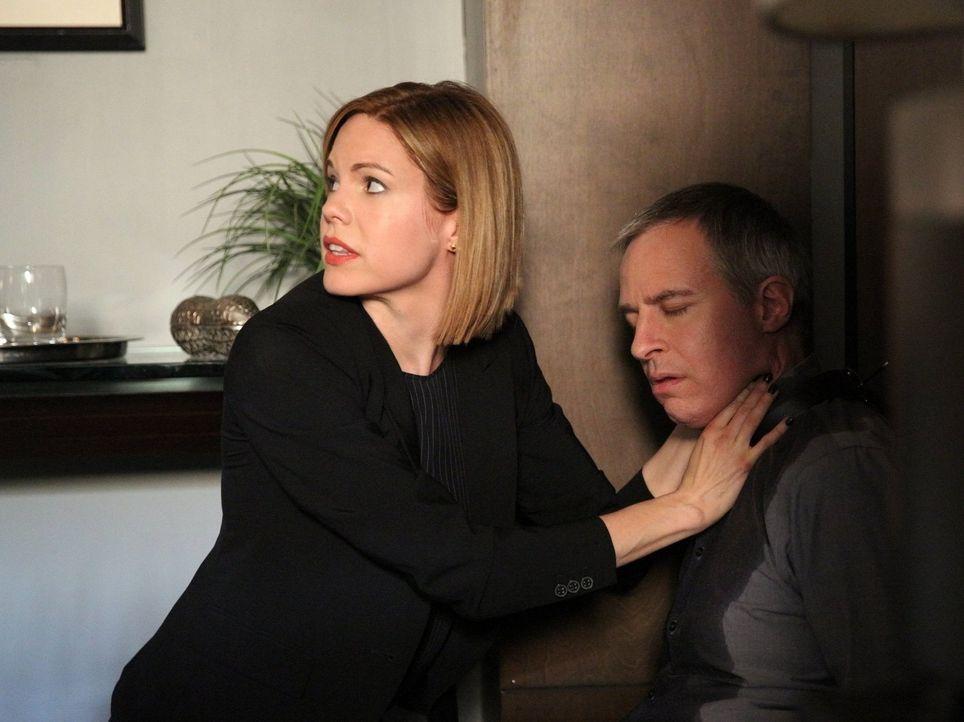 Der Psychiater Dr. Paul Lewis (Jay Karnes, r.) wurde angegriffen. Janice (Mariana Klaveno, l.) und ihre Team versuchen alles, um den Täter zu fassen... - Bildquelle: Warner Bros. Entertainment, Inc.
