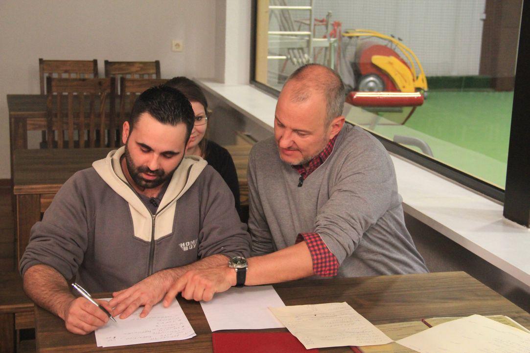 Frank Rosin (r.) verschlägt es nach Obertshausen in Hessen, wo Alessandro Moschella (l.) und seine Lebensgefährtin Ioanna Ioannidou ein kleines sizi... - Bildquelle: kabel eins