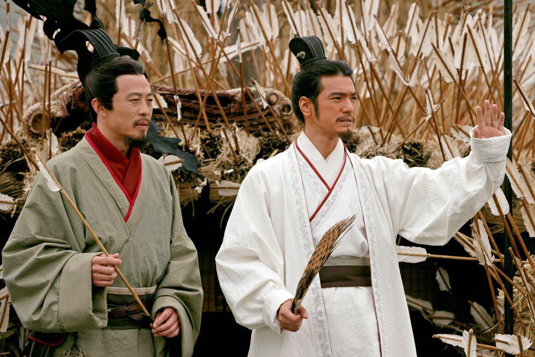 Zhuge Liang (Takeshi Kaneshiro, r.), der enge Berater Liu Beis (Yong You, l.), kann den König dazu bringen, sich mit König Sun Quan zu verbünden, um... - Bildquelle: Constantin Film Verleih GmbH