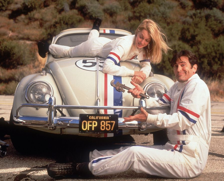 Erst als Hank (Bruce Campbell, r.) und seine alte Liebe Alex (Alexandra Wentworth, l.) auf den kleinen Hünen Herbie zurückgreifen, lassen sich wie... - Bildquelle: WALT DISNEY COMPANY