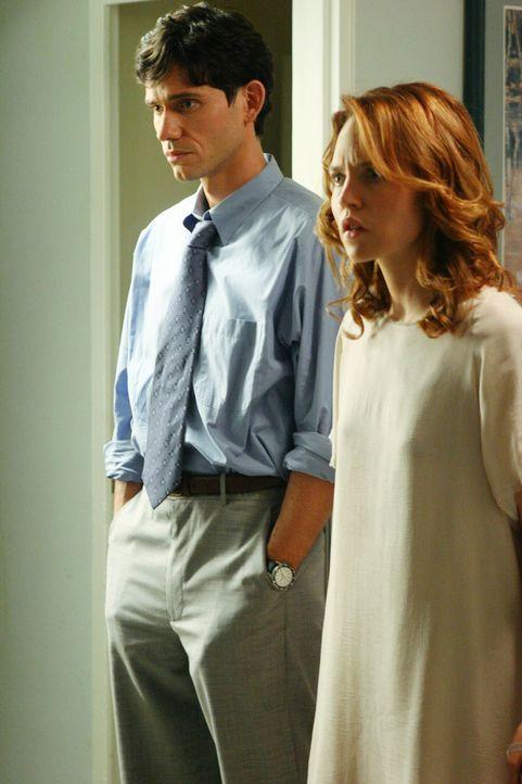 Die vor einem halben Jahr verstorbene Hope (Erica Leerhsen, r.) nimmt Kontakt zu ihrem Mann Brad (Christian Camargo, l.) auf, der glaubt, ihren Tod... - Bildquelle: ABC Studios