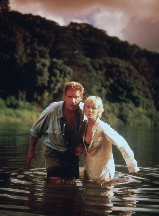 Stürzen auf einer einsamen Insel ab und müssen sich dort durchschlagen: Robin Monroe (Anne Heche, r.) und Quinn Harris (Harrison Ford, l.) ... - Bildquelle: Touchstone Pictures
