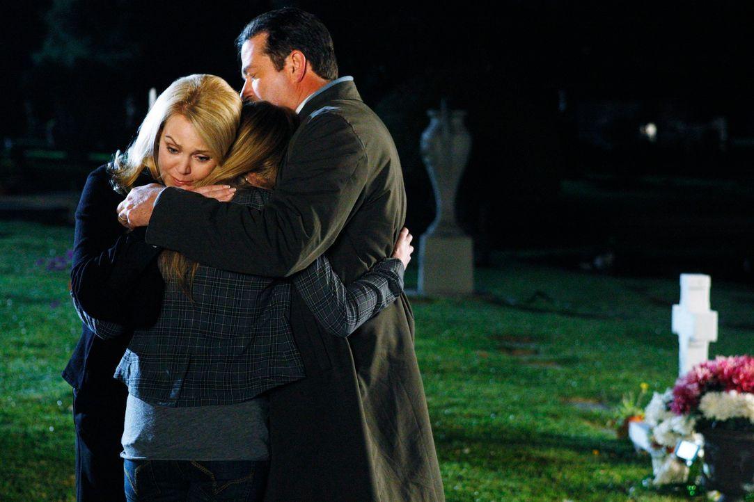 Endlich fühlt sich Serena (Alexa Vega, M.) von ihrer Mutter (Gail O'Grady, l.) und ihrem Vater (Erich Anderson, r.) verstanden. - Bildquelle: ABC Studios