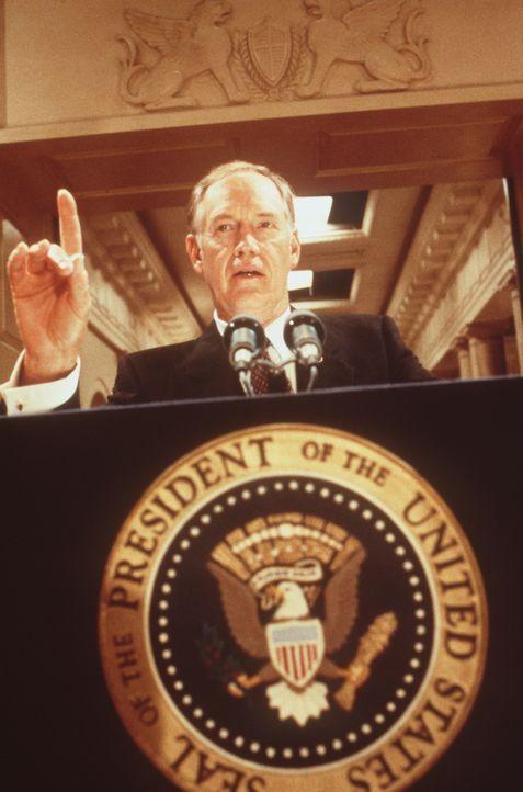 Welche Rolle spielt US-Präsident Jack Neil (Ronny Cox) in dem mysteriösen Mordfall im Weißen Haus? - Bildquelle: Warner Bros.