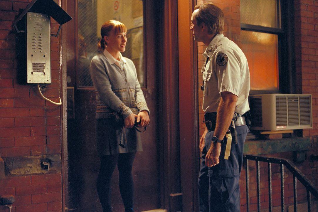 Nachdem Sanitäter Frank Pierce (Nicolas Cage, r.) einen Mann nach einem Herzanfall wiederbelebt, lernt er deren Tochter Mary Burke (Patricia Arquett... - Bildquelle: Paramount Pictures and Touchstone Pictures