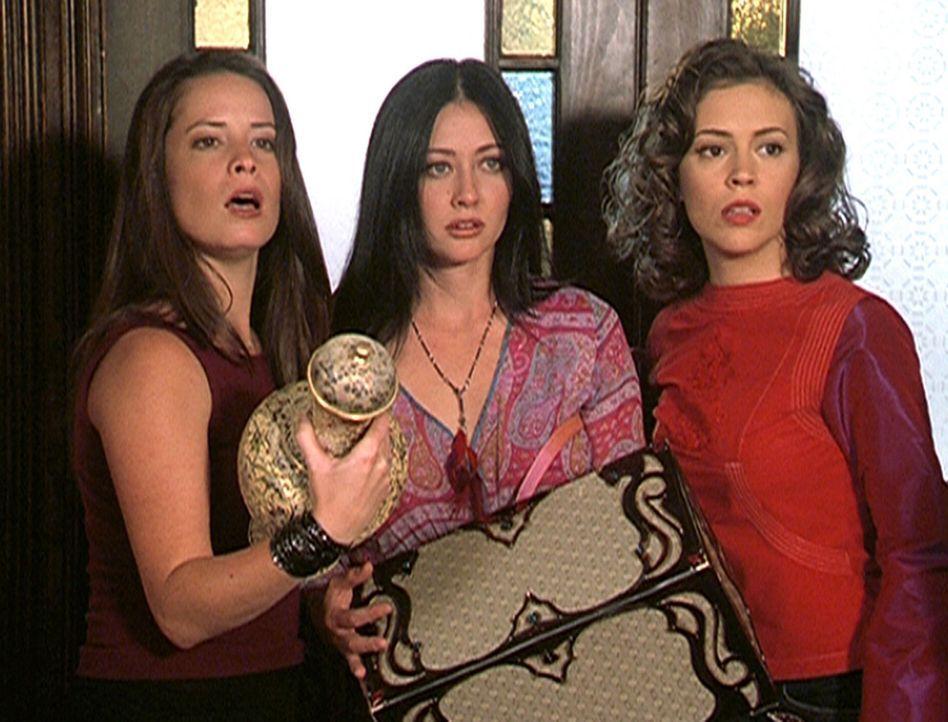 (v.l.n.r.) Piper (Holly Marie Combs), Prue (Shannen Doherty) und Phoebe (Alyssa Milano) erscheint ein Flaschengeist ... - Bildquelle: Paramount Pictures