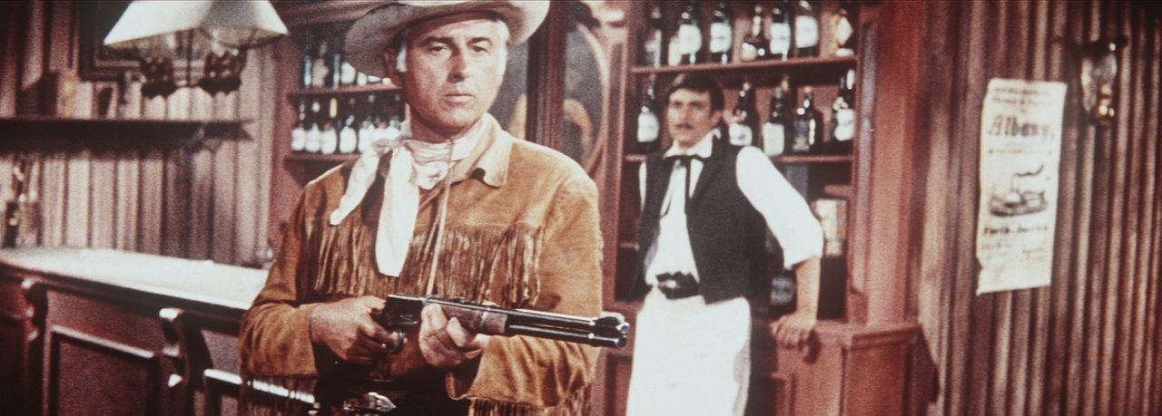 Mit Waffengewalt muss Old Surehand (Stewart Granger, l.) den Banditen zeigen, wer das Sagen hat ... - Bildquelle: Columbia Pictures