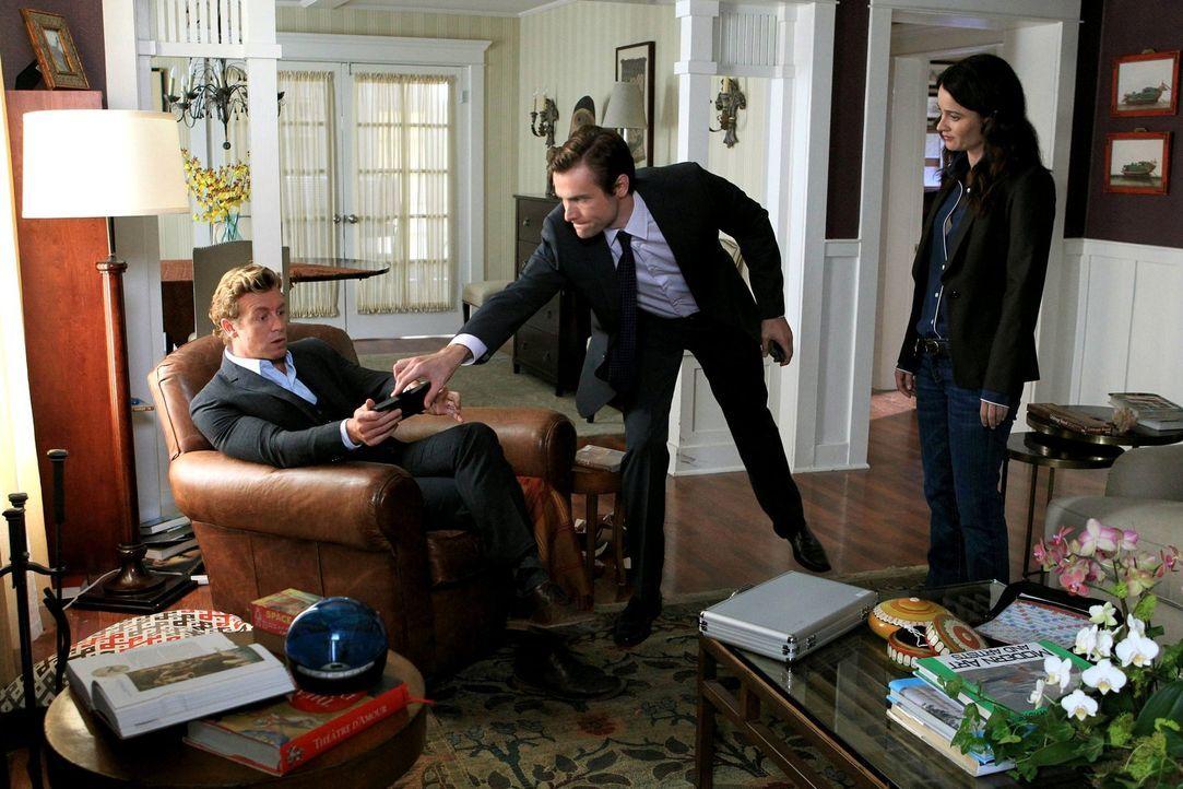 Isaac Goodwin (Neil Hopkins, M.) behauptet, dass sein Bruder und dessen Frau aus ihrem Haus entführt worden seien. Patrick (Simon Baker, l.) und Ter... - Bildquelle: Warner Bros. Television