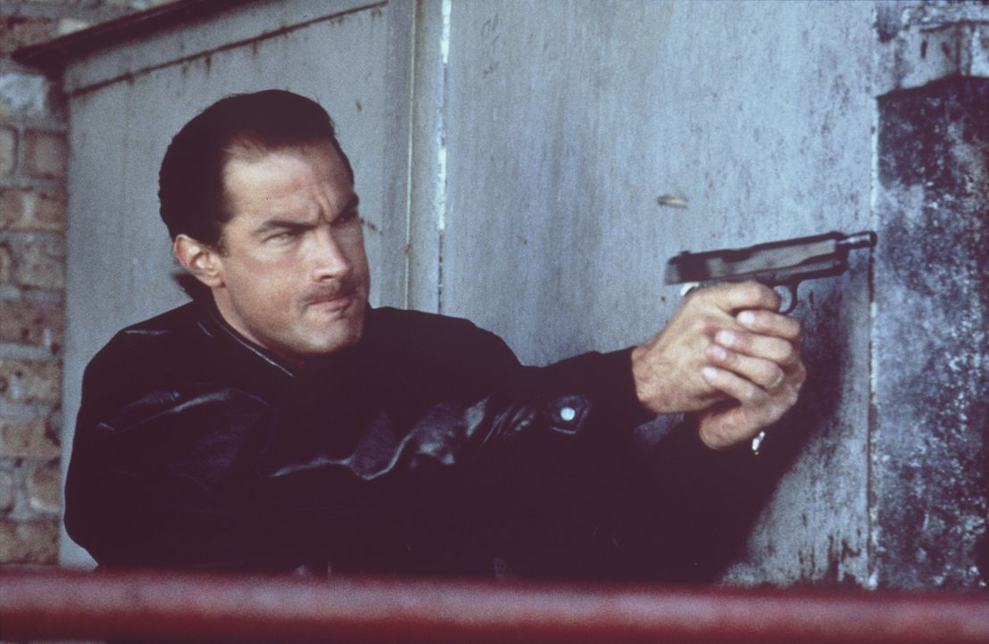 Eines Tages kommt Nico (Steven Seagal) zufälligt einem heißen Fall auf die Spur: Die CIA soll in illegale Drogengeschäfte verwickelt sein ... - Bildquelle: Warner Bros.
