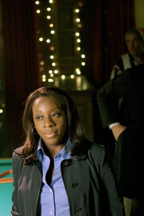 In einer Bar erfährt Vivian Johnson (Marianne Jean-Baptiste), dass die vermisste Stephanie Healy bis vor kurzem noch Stephen Patrick Healy war ... - Bildquelle: Warner Bros. Entertainment Inc.