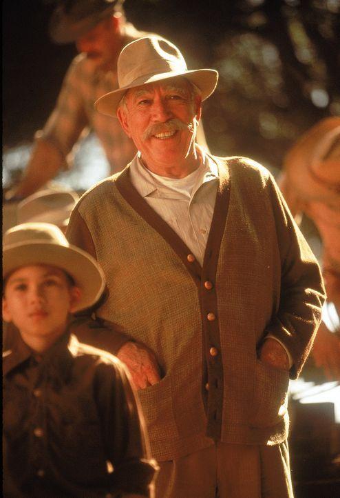Don Pedro Aragón (Anthony Quinn, r.) ist total besessen von Pralinen. Umso mehr freut er sich, als ihm seine Enkelin einen Schokoladenvertreter als... - Bildquelle: 20th Century Fox