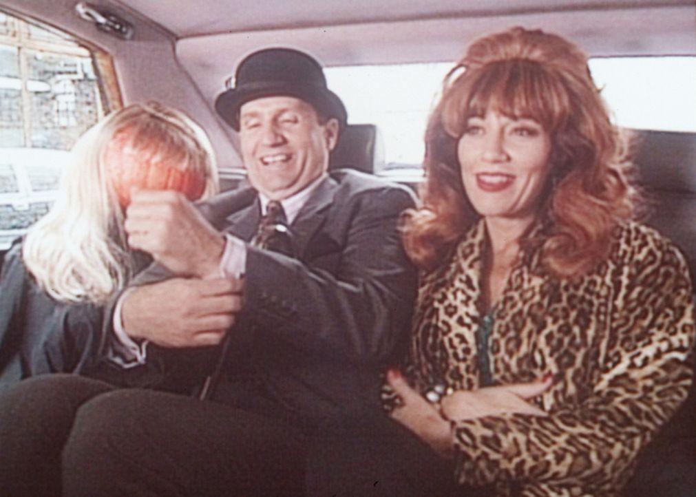Al (Ed O'Neill, M.) und Peggy (Katey Sagal, r.) merken nicht, dass nicht Kelly, sondern eine Puppe mit ihnen im Auto sitzt. - Bildquelle: Columbia Pictures