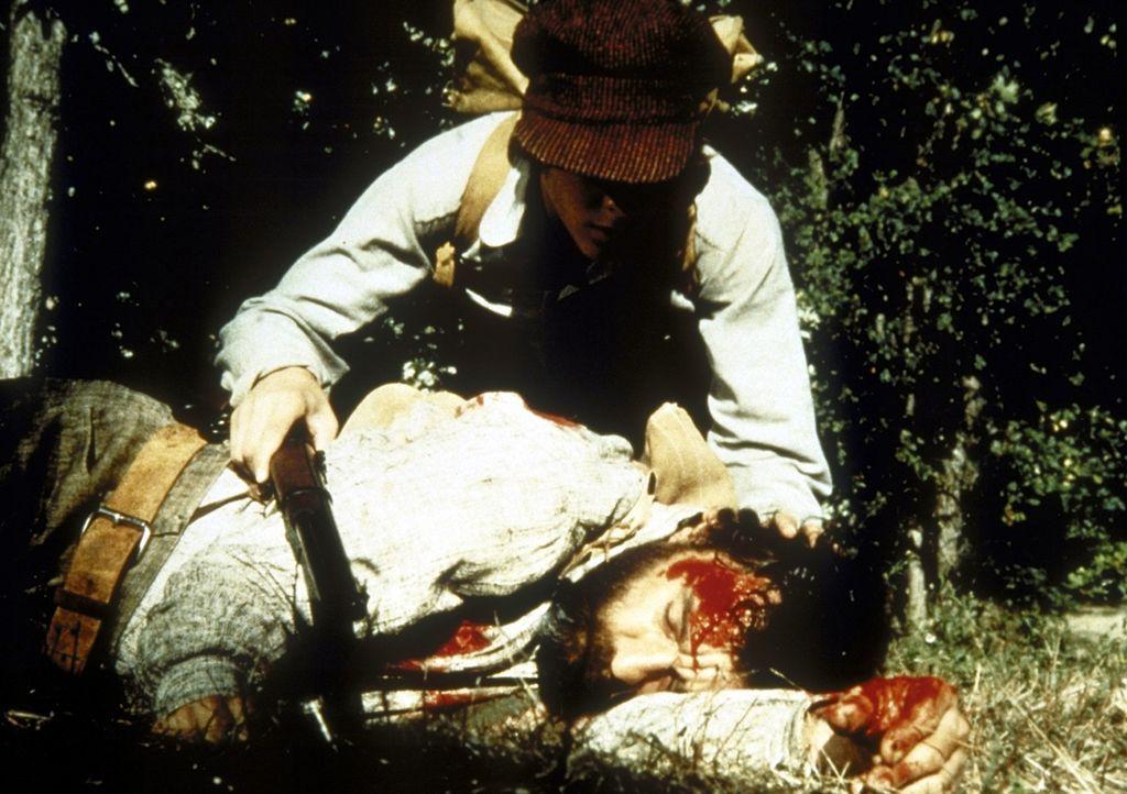 Nach dem Angriff eines Bären liegt Edwards (Victor French, liegend) schwer verletzt auf dem Boden. Er bittet John (Radames Pera), Hilfe zu holen. - Bildquelle: Worldvision