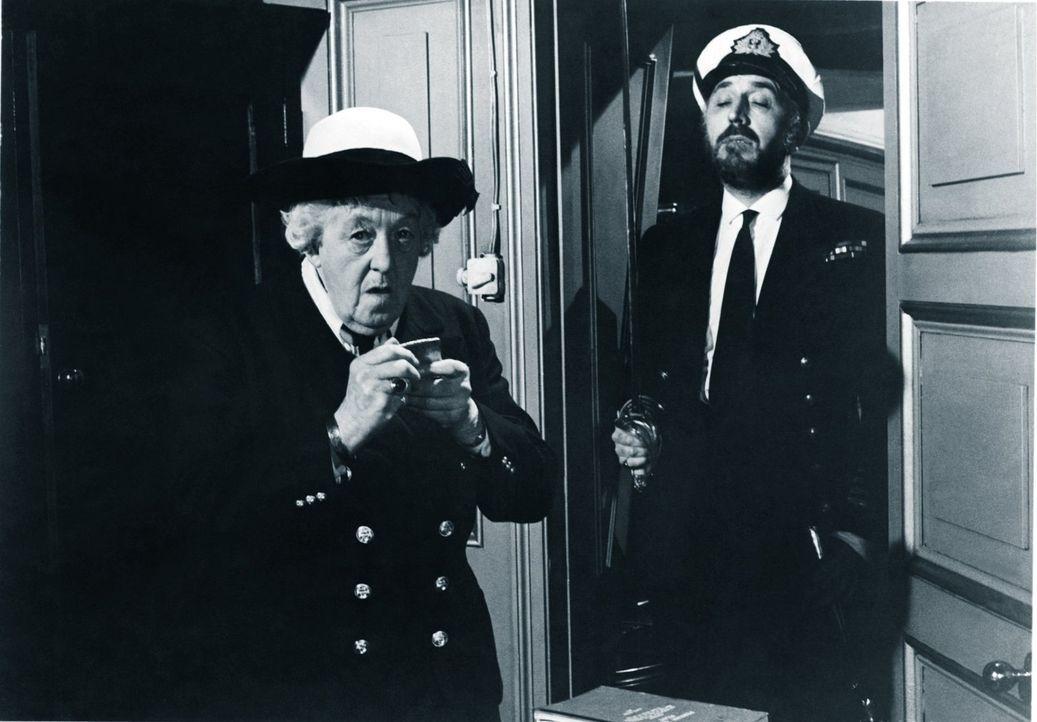 Neue Gewänder: Um einem Mörder auf hoher See auf die Schliche zu kommen, stattet sich Miss Marple (Margaret Rutherford, l.) mit einer Marineuniform... - Bildquelle: Warner Brothers