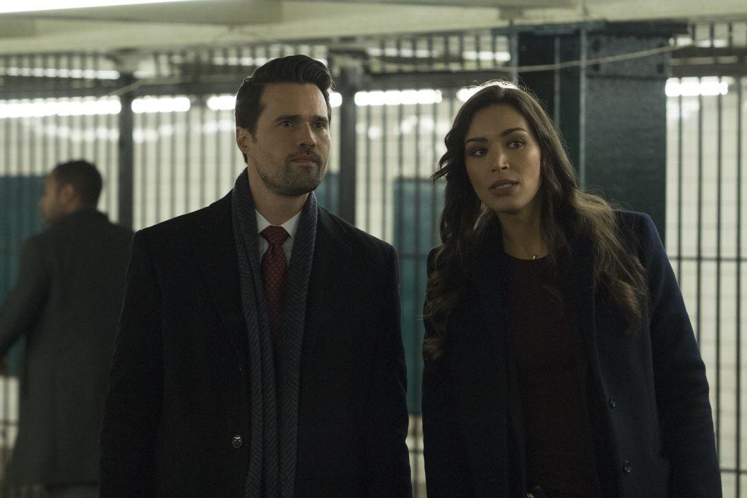 Sind Isaac Walker (Brett Dalton, l.) und Kay (Ilfenesh Hadera, r.) mehr als Kollegen? - Bildquelle: Warner Bros.