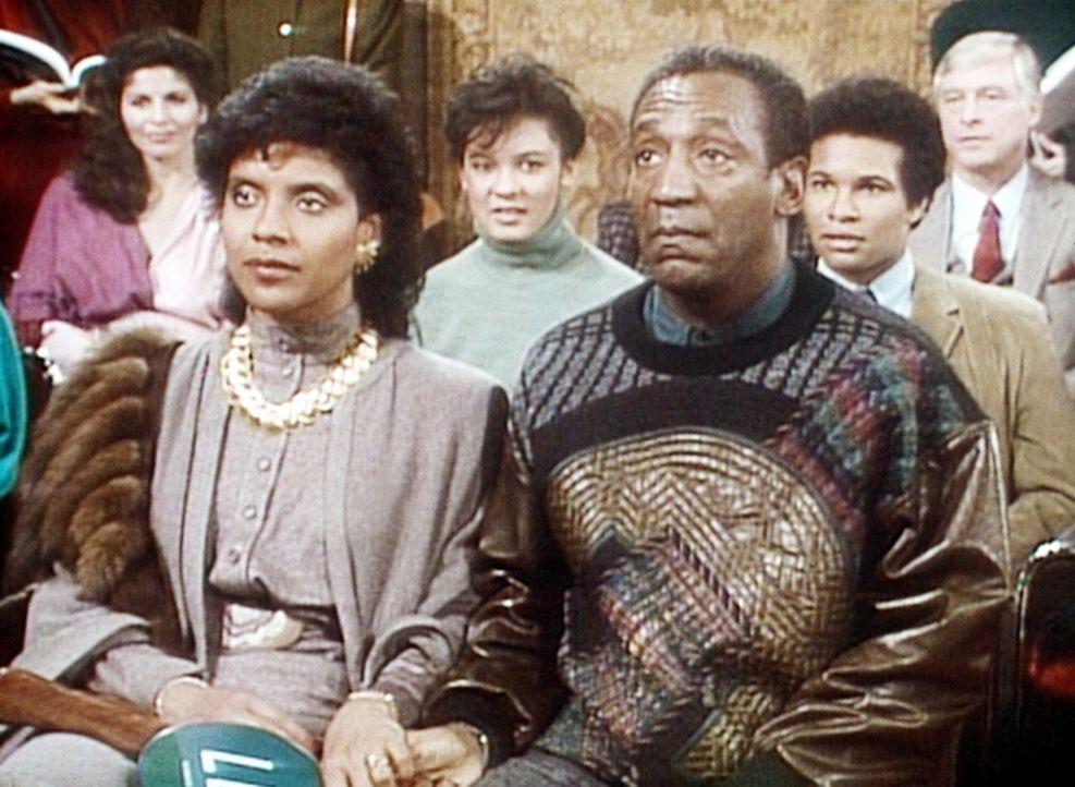 Als Cliff (Bill Cosby, r.) für ein Gemälde, dessen Schätzwert 700 Dollar beträgt, 2000 Dollar bieten will, hält Clair (Phylicia Rashad, l.) ihn... - Bildquelle: Viacom