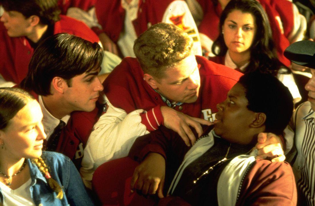 Schon bald wird Russ (Kenan Thompson, r.) und den anderen aus dem Team klar, dass ihre Mitschüler ziemlich verwöhnte Gören sind, die sie so schne... - Bildquelle: Disney.  All Rights Reserved.