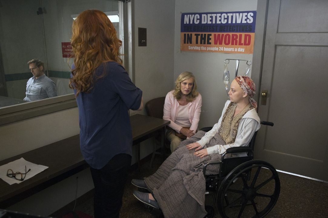 Der Tod einer krebskranken Frau wirft bei Laura (Debra Messing, 2.v.l.) einige Fragen auf. War es Suizid oder Mord? - Bildquelle: 2015 Warner Bros. Entertainment, Inc.