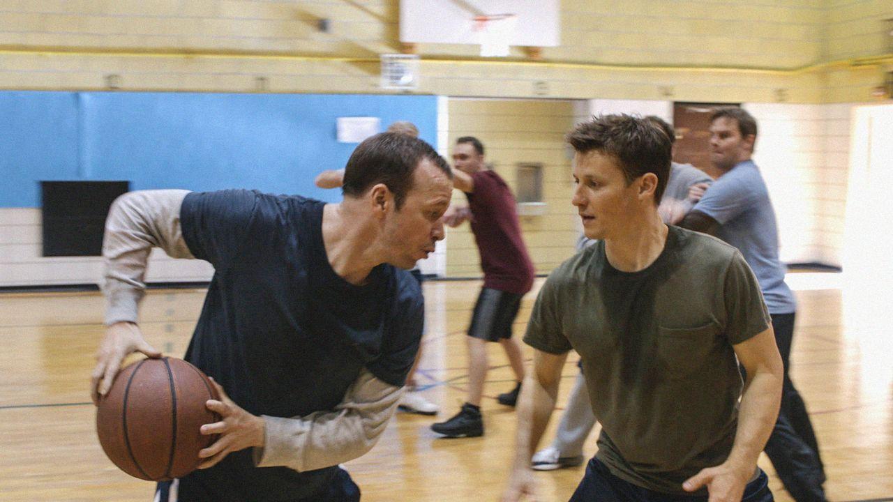 Antäuschen und weg: Danny (Donnie Wahlberg, l.) beweist sich gegen Jamie (Will Estes, r.) im Baskettball ... - Bildquelle: 2013 CBS Broadcasting Inc. All Rights Reserved.