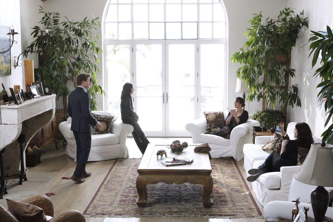 Das CBI-Team versucht den Mord an dem Hollywood-Produzenten Felix Hanson aufzudecken. Teresa Lisbon (Robin Tunney, 2.v.l.) und Patrick Jane (Simon B... - Bildquelle: Warner Bros. Television