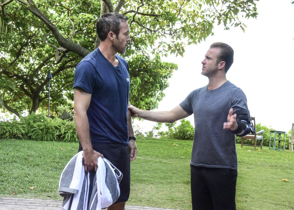 Steves (Alex O'Loughlin, l.) Gesundheitszustand bereitet Danny (Scott Caan, r.) Sorgen und so engagiert er kurzerhand eine Stressmanagerin, die sein... - Bildquelle: Norman Shapiro 2017 CBS Broadcasting Inc. All Rights Reserved. / Norman Shapiro