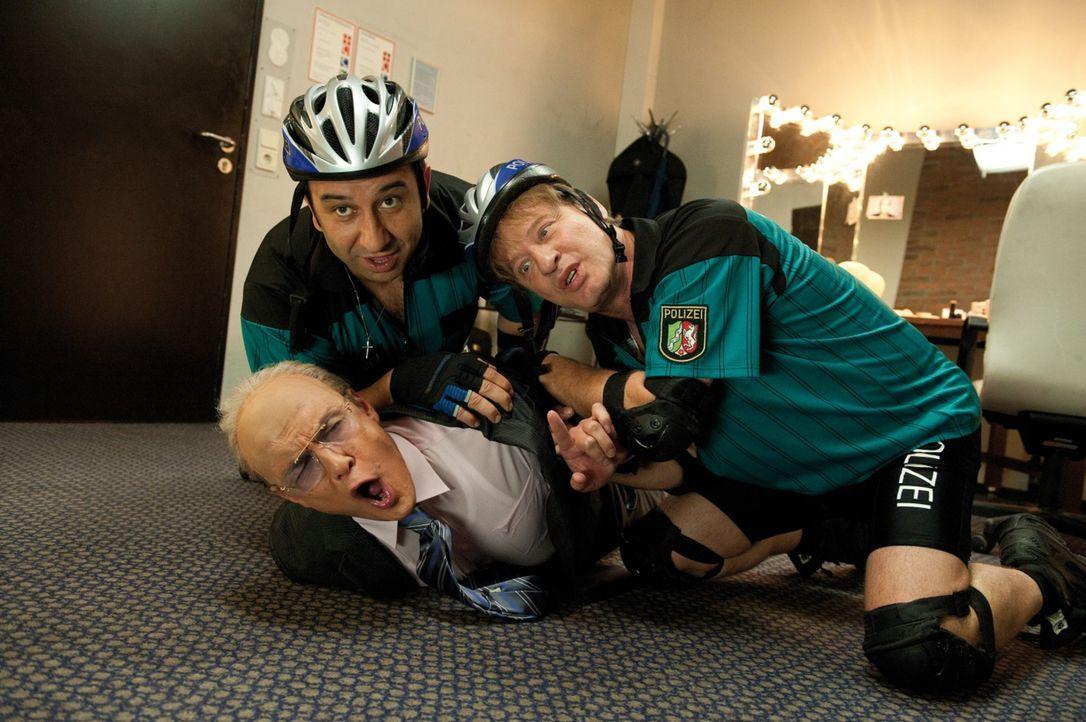 Die Polizisten Mario (Hilmi Sözer, l.) und Tommie (Tom Gerhardt, r.) glauben, den Entführer des 1. FC Köln Maskottchens gefasst zu haben. Doch der G... - Bildquelle: 2010 Constantin Film Verleih GmbH