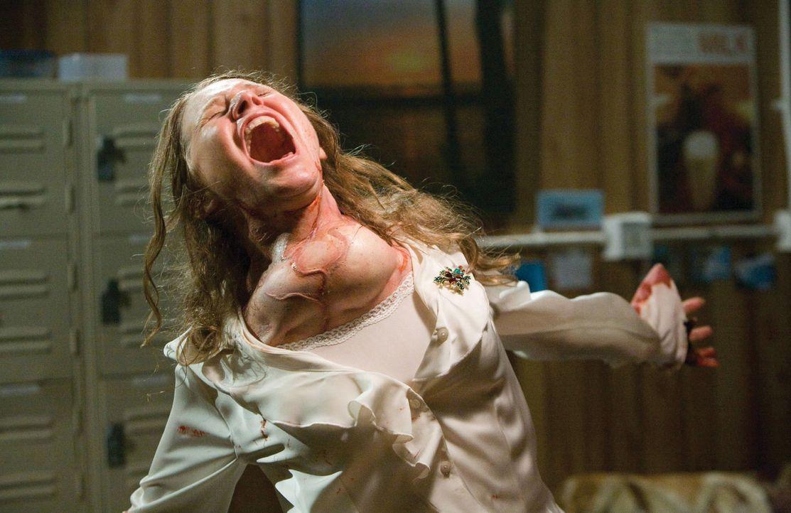 Bitterböse Aliens werden den Menschen (Roberta Bassin) im Supermarkt von Hastings zum Verhängnis ... - Bildquelle: 2007 Warner Bros. Entertainment INC.