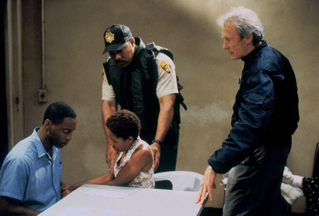 Steve Everett (Clint Eastwood, r.) ist von der Unschuld des zum Tode verurteilten Schwarzen Frank Beachum (Isaiah Washington, l.) überzeugt und will... - Bildquelle: Warner Bros.