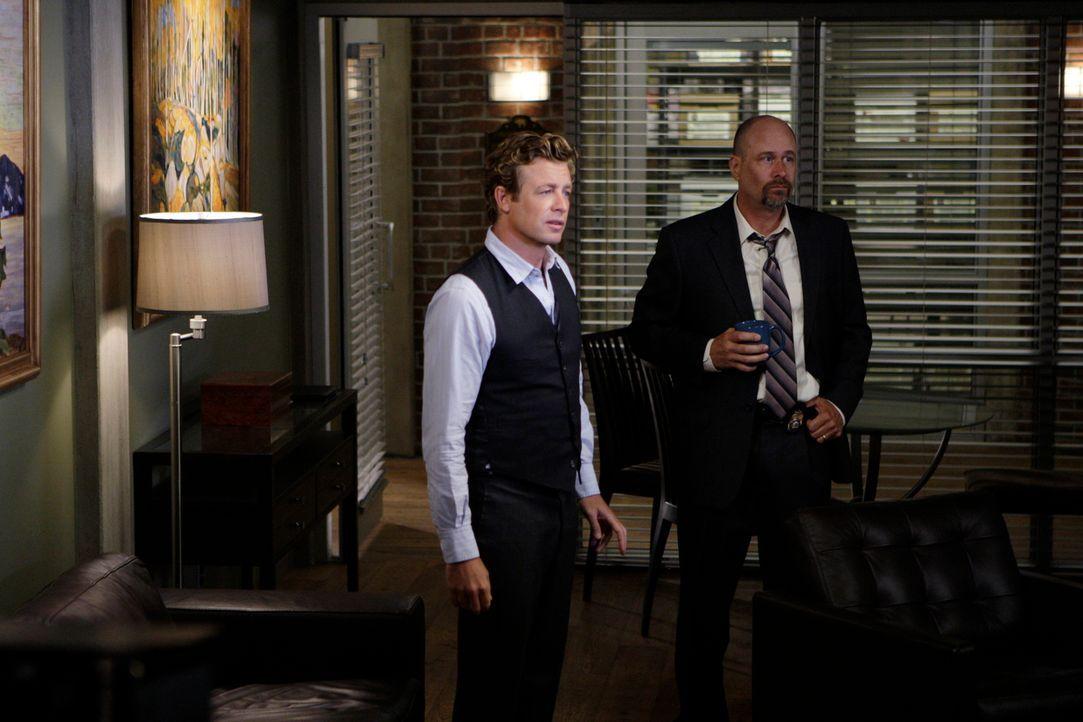 Noch ahnt Patrick Jane (Simon Baker, l.) nicht, dass ihm der wichtige Red John-Fall entzogen und an Sam Bosco (Terry Kinney, l.) übertragen wird ... - Bildquelle: Warner Bros. Television