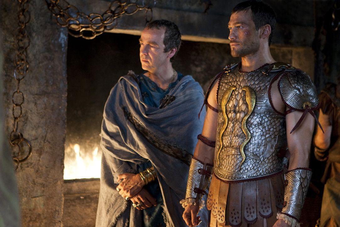 In der Gladiatorenschule von Capua ist Spartacus (Andy Whitfield, r.) inzwischen der Champion unter den Kämpfern. Batiatus (John Hannah, l.) inform... - Bildquelle: 2010 Starz Entertainment, LLC