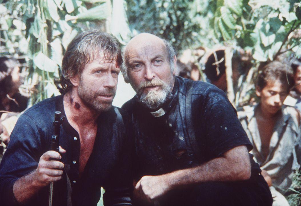 Bei der Suche nach seiner vietnamesischen Frau erhält Braddock (Chuck Norris, l.) Hilfe von Reverend Polanski (Yehuda Efroni, r.) ... - Bildquelle: Cannon Films